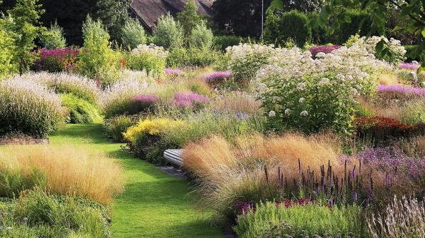 Pocelé zahradě je rozmístěna řada laviček – je příjemné se nachvilku posadit apohled nazahradu si vklidu vychutnat.