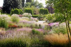 Skupiny trvalek atrav se vcelé zahradě mnohokrát opakují, zahrada pak nepůsobí roztříštěným dojmem. Kromě květů má důležitou funkci ibarva atextura listů.