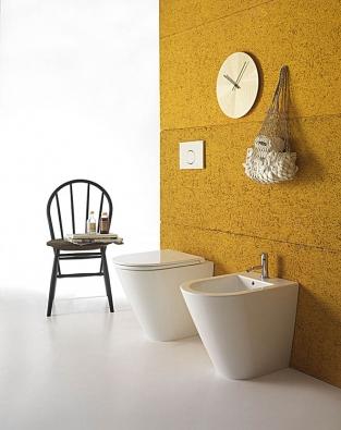 Série umyvadel, urinálů, WC mís abidetů nazvaná Forty 3 je určena pro malé koupelny. Jeji rozměry (délka bidetu aWC mísy 43 a52cm) patří knejmenším natrhu, ale designér přitom nerezignoval napohodlí. Keramiku si můžete vybrat vbohaté škále barev, vlesklé či matné glazuře. Skrytý systém upevnění nastěnu nenaruší design koupelny. Vyrábí Globo, www.ceramicaglobo.com
