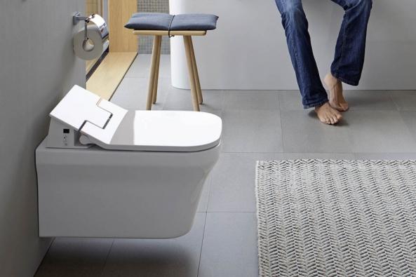 Duravit nabízí pro 7 sérií WC keramiky nové extra ploché sprchovací  sedátko SensoWash Slim nadálkové ovládání. Je vybaveno inočním LED osvětlením, automatickým sklápěním aWC mísy vrimless-provedení zajišťují dokonalou hygienu. Nabízejí Koupelny Ptáček.