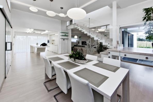 Hlavní obytný prostor domu představuje zpravidla plošně největší a dispozičně jediné místo, kde se odehrává společný a společenský život rodiny. Zasluhuje pečlivou a podrobnou rozvahu o jeho zónování a vybavení.