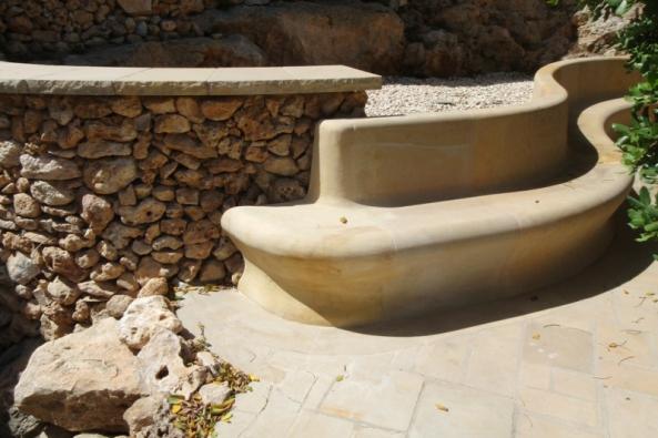 Hořický pískovec je kvalitní přírodní kámen, který se v dnešní době uplatňuje tam, kde je požadován kvalitní přírodní kámen se zřetelným probarvením. (Zdroj: KÁMEN OSTROMĚŘ)