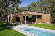 Dřevěné obklady domu nechají majitelé přirozeně zešednout.