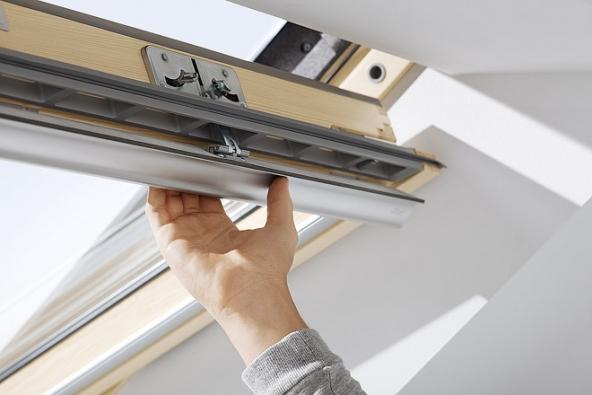 Celodřevěné střešní okno Velux Standard shorním ovládacím madlem (jedním zatažením zajistíte průběžnou ventilaci, druhým zatažením okno zcela otevřete amůžete větrat) nebo se spodní ovládací klikou (vhodná domístností svysokou nadezdívkou) disponuje integrovanou ventilací afiltrem proti prachu ahmyzu. Je osazeno izolačním dvojsklem stvrzeným vnějším sklem adosahuje vynikajících parametrů.