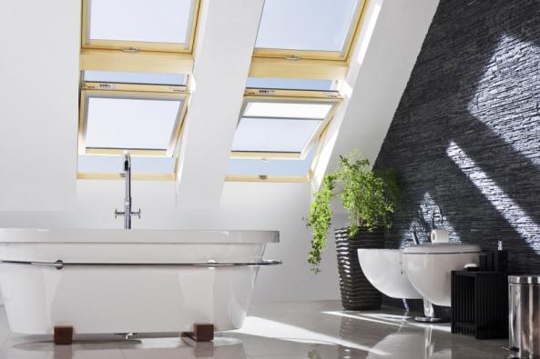 """Prioritní funkcí střešního okna je zajištění dostatečného množství vzduchu a denního světla. Právě """"tudy"""" do interiéru vstupuje o 30 až 40% více světla, a tudíž i solárních zisků než okny fasádními."""