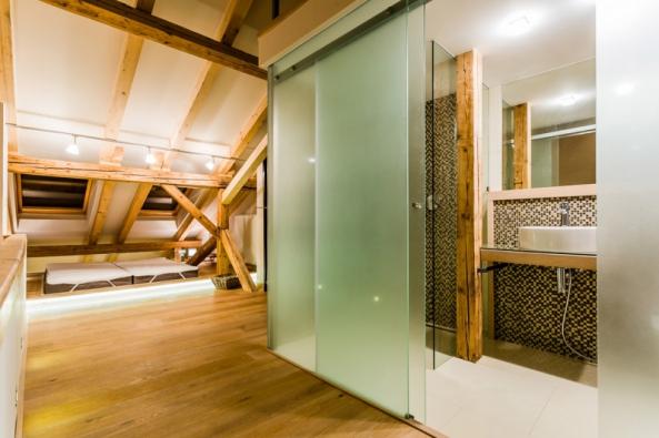Citlivě zrekonstruovaný podkrovní byt nabízí originální bydlení v historickém centru Košic (Zdroj: VELUX)