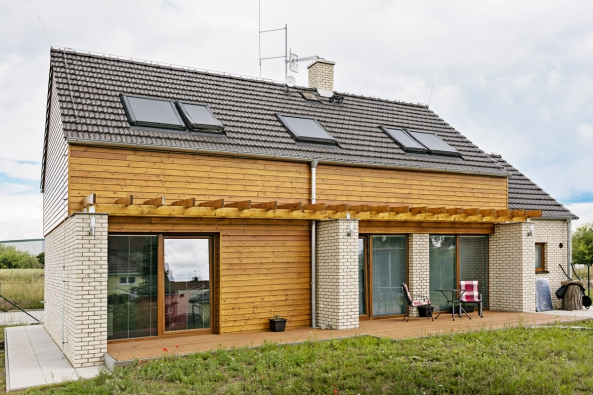Mladá rodina si splnila svůj sen a nechala si postavit rodinný dům podle projektu společnosti G Servis CZ ze systému Porotherm. Dům stojí  v ochranné zóně letiště, což vyžadovalo povolení.