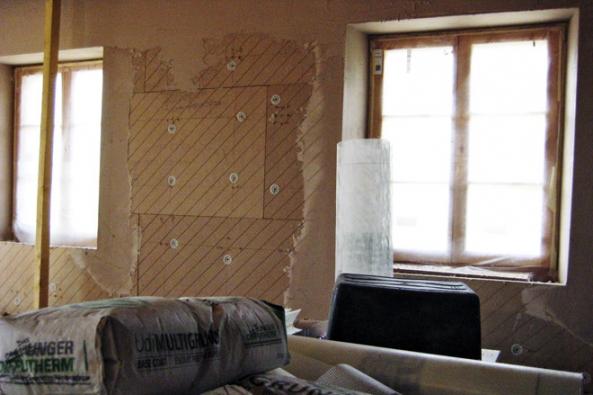 Systém UdiINRECO® spočívá v instalaci dvou slepených izolačních materiálů na bázi dřevovláknité izolace. Měkká část izolační desky slouží pro vyrovnání povrchu a pro instalační rozvody (odpady, el. kabely atd.). Tvrdá deska slouží jako podklad pro finální povrch a pro umístění např. el. zásuvek atd. Tímto systémem je možné zateplovat z interiéru i ty nejnáročnější konstrukce, jako jsou např. roubené stavby či stavby s hrázděným zdivem (CIUR)