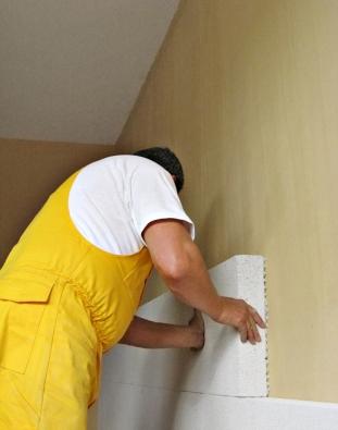 Jednoduchou a efektivní možnost vnitřního zateplení poskytují desky Multipor. Dají se použít na cihlu, dřevo i beton  (XELLA CZ)