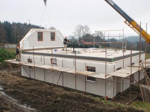 Rodinný dům Nikoly Sudové postavila zkušená realizační firma Haas Fertigbau z Chanovic, na kterou měla Nikola pozitivní reference od sousedů a známých. A proč zrovna dřevostavba? Zděná stavba podle sympatické lyžařky nepřicházela v úvahu, neboť proces výstavby vyžaduje delší technologické přestávky a tomu se chtěli investoři vyhnout.