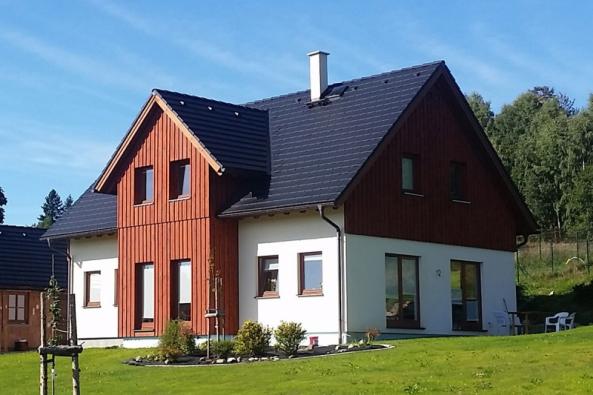 Konstrukčně je dům řešen jako nízkoenergetická dřevostavba s obvodovými konstrukcemi splňujícími doporučené hodnoty součinitele prostupu tepla. Dům je vytápěn tepelným čerpadlem voda – vzduch, doplněným krbovými kamny.