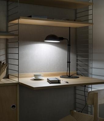 Funiculí, železo a hliník, stínidlo lze otáčet o 360° a jednoduchým posuvem nastavovat výškovou úroveň podle potřeby, Ø 15,5 cm, výška 50,3 cm, vyrábí Marset, www.lightworks.cz