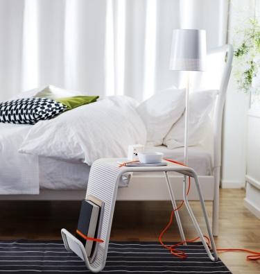 Odkládací stolek s vestavěným osvětlením z kolekce Ikea PS 2014, plast a ocel, výška 113 cm, www.ikea.cz