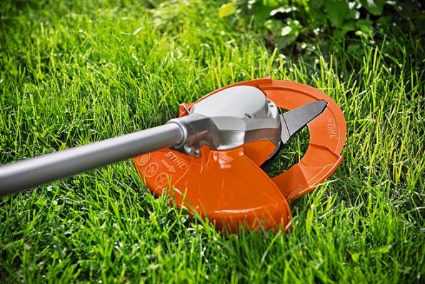 Zahradní akumulátorový křovinořez STIHL FSA 90 pro profesionální použití – skovovým nožem ižací strunou. Díky funkci Ecospeed je energeticky úsporný. Cena 9790Kč (STIHL)