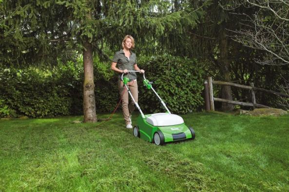 Provzdušňovač trávníku stichým elektrickým motorem je určen pro práci vobytných zónách vokolí domů. Cena od11390Kč (VIKING)