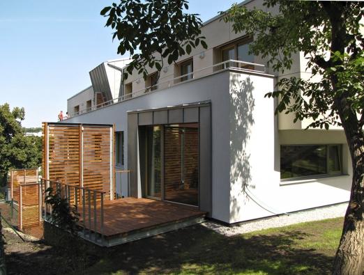 Většina bytů ve strašnickém viladomu má vlastní výstup dozahrady. I vbytovém domě tak využíváte komfortu klasických rodinných domů. (2)