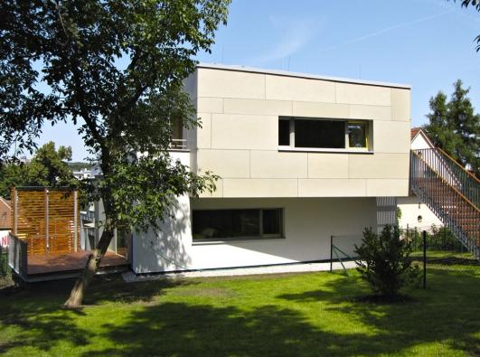 Většina bytů ve strašnickém viladomu má vlastní výstup dozahrady. I vbytovém domě tak využíváte komfortu klasických rodinných domů. (1)