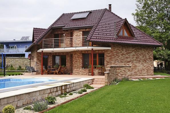 Realizace střechy zpálené keramické krytiny – provedení zposuvných drážkových tašek Tondach Hranice 11, glazura Amadeus.