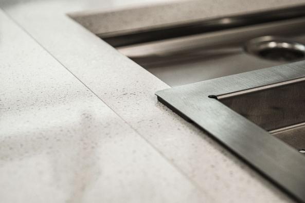 Ukázka jednolitého napojení desek ztechnického kamene Technistone zřady Essential Collection, provedení Crystal Diamond, www.technistone.com