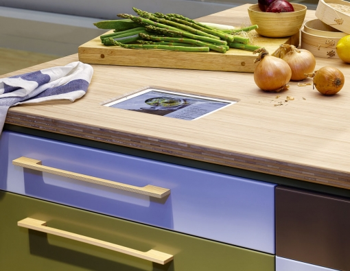 Další krok kdigitálnímu vaření udělala švédská značka Ballingslöv, která představila pracovní desky smožností integrace tabletu pro rychlé asnadné vyhledávání receptů.
