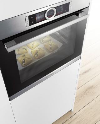 Elektrické trouby Bosch řady 8 nabízejí funkci Assist, která díky speciálním senzorům automaticky nastaví druh ohřevu, teplotu a délku přípravy pro konkrétní pokrm.  Funkce PerfectBake a PerfectRoast zase pomáhají dosáhnout optimálního výsledku při pečení masa nebo pečiva.