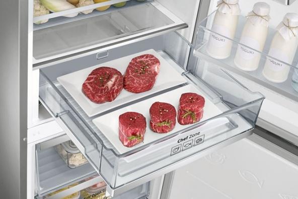 Vchladničkách řady Chef Collection (Samsung) je díky systému TwinCooling vmrazáku potřebný suchý vzduch a v chladničce zase vlhkost, vhodná pro uchování čerstvé zeleniny aovoce. Speciální zásuvka Chef zone sregulací teploty+/–0,5 °C je určena pro ryby amaso. Tyto technologie šetří energii azároveň udržují potraviny čerstvé po co nejdelší dobu.