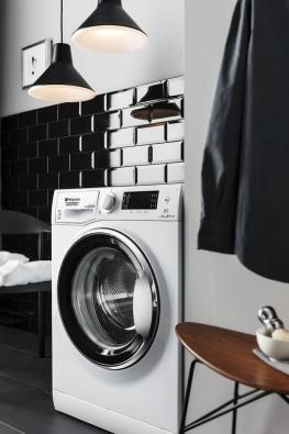 Pračky zřady Hotpoint Natis vynikají úsporností aúčinností praní. Perou vpěnové emulzi při teplotě vody jen 20°C. Sofistikovaná technologie otáčení bubnu zvyšuje účinnost odstraňování skvrn. Voda knamáčení se využije vícekrát (technologie EcoRain). Díky kombinaci těchto technologií je praní šetrné kprádlu ikbarvám, spotřeba vody se snížila o20% aspotřeba energie je až o40% nižší než venergetické třídě A+++.