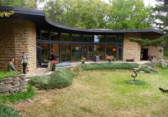 Genius světové architektury Frank Lloyd Wright navrhl v roce 1944 dům zvaný Solar Hemicykle, který naplňuje všechna kritéria energeticky úsporné stavby.