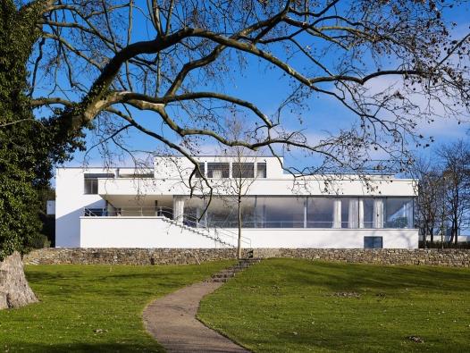 Vila Tugendhat od Ludwiga Miese van der Rohe není sice energeticky efektivní stavba, ale je to opravdové mistrovství jedním tahem. Architekt Smola si tuto vilu dokáže se současnými možnostmi představit i v pasivním standardu.