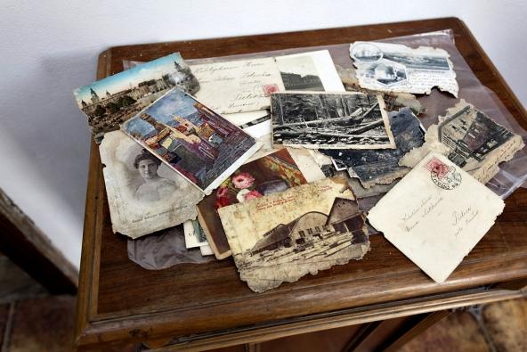 Dopisy, fotografie aúčty z19. století patřily původní majitelce apan Milan je objevil  vzapadlém koutě napůdě.