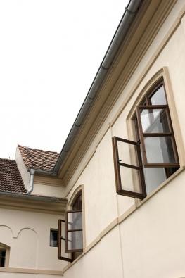Dekorativní fasáda dala panu Milanovi ijeho pomocníkům pořádně zabrat. Ozdobné profilované lišty lemují celý dům vněkolika řadách. Nejnáročnější bylo vytvořit oblouky.