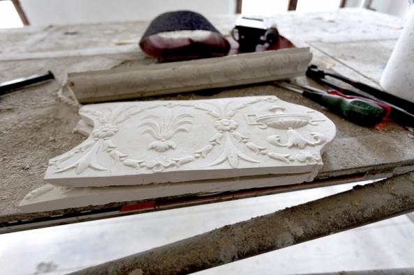 Segmenty dekorativního páskového štuku odlité ze sádry posloužily majiteli domu kvýzdobě interiéru. Tuto starou techniku si musel osvojit takříkajíc zapochodu.