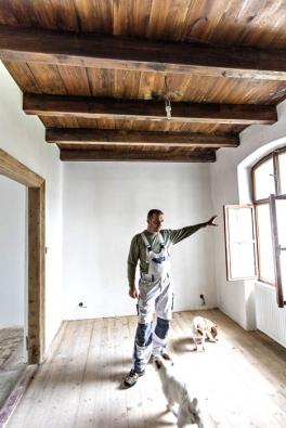Pan Milan ukazuje vzorně zrenovované okno  adřevěný trámový strop sprkenným záklopem,  kjehož podobě se inspiroval při návštěvě ložnice císaře Karla IV. nahradě Karlštejn.