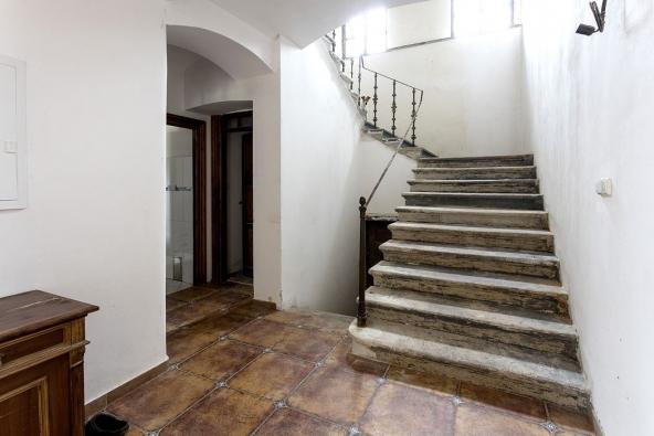 Pískovcové schody doprvního patra se původně díky nátěru jevily jako betonové, nyní zůstává otázka, jak zporézního materiálu šedou barvu účinně odstranit.