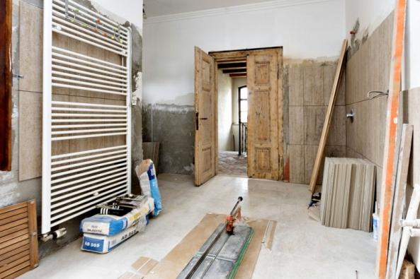 Vkoupelně vprvním patře vsoučasnosti probíhají obkladačské práce ainstalace sprchového koutu avany. Interiér se ponese veznamení velkoformátových obkladů.