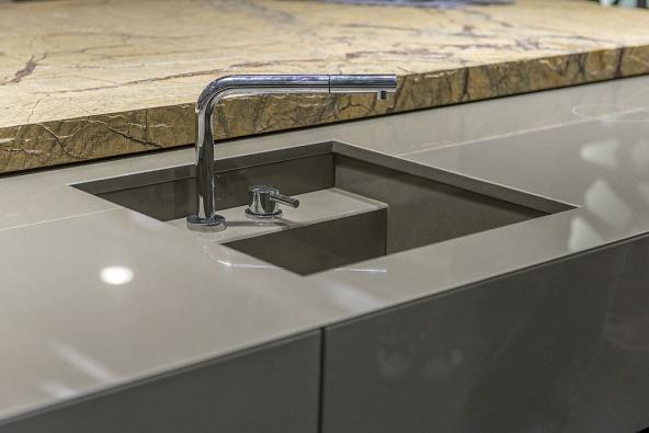 Minerální desky Lapitec® ve dvou provedeních: s dokonale hladkým hygienickým povrchem a se strukturou přírodního kamene, se skvěle uplatní nejen v kuchyni. Viz www.lapitec.com
