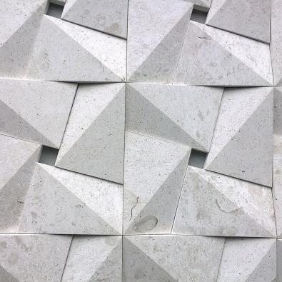 K aktuálním trendům patří 3D povrchy. Působivý je například obklad série Urban skládaný z dílců  s lomenými plochami. Vyrábí Margraf