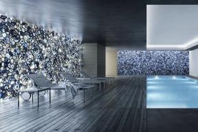 Transparentní kamenné desky Blue Agate  s modravými mořskými tóny navodí skvělou atmosféru u bazénu či spa. Nabízí italská společnost Antolini.