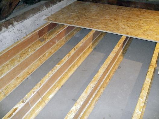 Meziprostor v podlaze připravený k zateplení foukanou izolací. Suchý a lehký systém stávající strop příliš nezatíží a umožňuje  i vyrovnání nerovností podlahy (CIUR)
