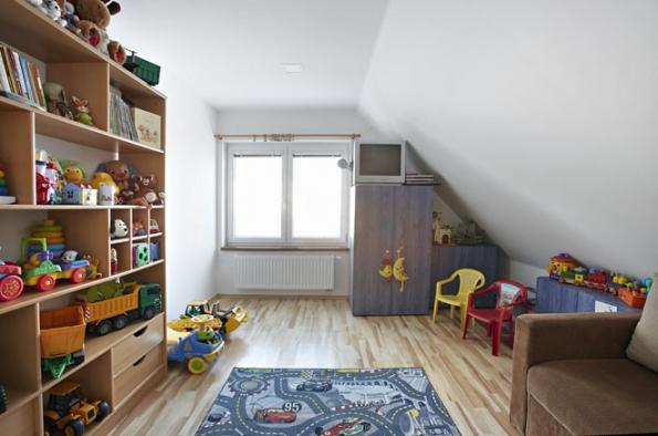 Tentýž strop po rekonstrukci. Profesionálně provedený sádrokartonový podhled vypadá lépe, budí dojem většího prostoru a více světla (RIGIPS)