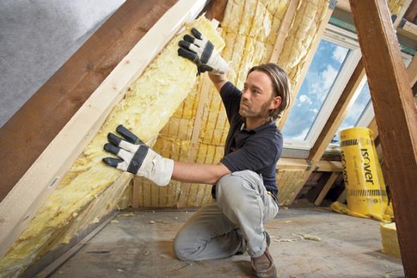 Zateplování šikmých stěn podkrovní vestavby pomocí rohoží z minerální vlny Isover (HORNBACH)