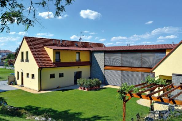 Díky celostínicím venkovním žaluziím se spolehlivým stahovacím azajišťovacím mechanismem lze uvětších prosklení oken pasivních domů účinně regulovat přísun slunečních paprsků (RI OKNA)