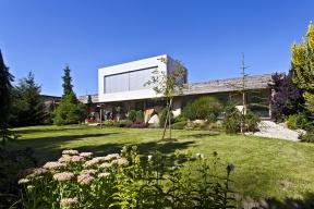 Stavba má výrazně horizontální kompozici zvýrazněnou dřevěným obložením  apodélnou terasou. Bydlí se vpřízemí, druhé podlaží vpodobě hladce omítnutého kvádru  je jakousi nadstavbou pro potěchu ducha.