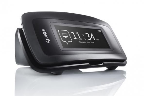 Nina Timer IO je centrální dálkové ovládání se všemi výhodami ovladače Nina doplněné o funkci časovače. Takže si stačí naprogramovat scénáře dle vašich potřeb nebo běžně stráveného dne a ovladač může řídit domácnost za vás. (Zdroj: SOMFY)