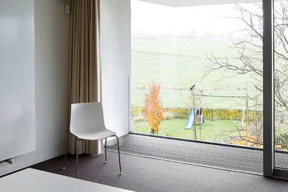 Elegantní řešení RENSON zajišťující permanentní zásobování čerstvým vzduchem bez nežádoucích větších energetických ztrát – Invisivent. Takřka neviditelný přívod vzduchu v horní části rámu okna samoregulačním způsobem zabezpečí nutný objem a nezpůsobí průvan. Navíc v kombinaci s ventilačními mřížkami Invisivent rozhodně nedojde k rušení otravným hmyzem.