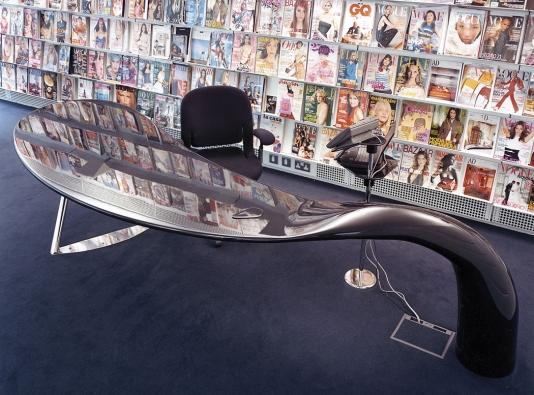 Nadčasové tvary jsou patrné ivpřípadě kancelářského stolu (2002) pro prestižní americké vydavatelství Condé Nast. Foto Richard Davies, slaskavým svolením Nadačního fondu Kaplicky Centre Praha.