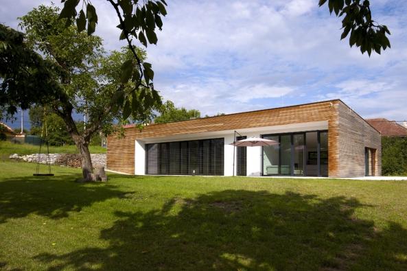 Dům podlouhlého tvaru situovaný ucesty zapadá dokontextu tradiční venkovské zástavby.