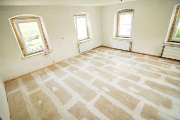 Výsledek: Hotová suchá podlaha s vytmelenými spárami čeká na finální nášlapnou vrstvu (Zdroj: Liapor)