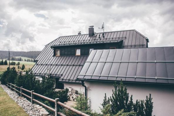 Vítejte na návštěvě v Penzionu U Šulků. Majitelé zde připravili pro své návštěvníky bezpečný přístav uprostřed hor. K pocitu jistoty již pár měsíců přispívá také nová střecha Ruukki Classic v embosované* verzi, která snižuje hluk až o šest decibelů.
