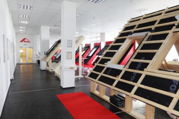 Zástupci společnosti Roto střešní okna s.r.o. vás rádi přivítají v showroomu, který se nachází v pražském sídle společnosti v pražské Hostivaři. V případě, že to máte do Prahy daleko, můžete navštívit showroom v Brně, který se nachází v Centru bydlení a designu Kaštanová.